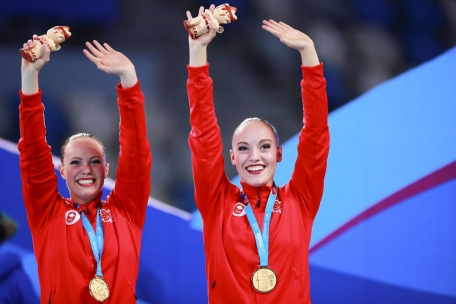 Jacqueline Simoneau et Claudia Holzner célèbrent après avoir remporté l'or à l'épreuve en duo en natation artistique aux Jeux panaméricains de Lima, au Pérou, le 31 juillet 2019. Photo : Hector Vivas / Lima 2019