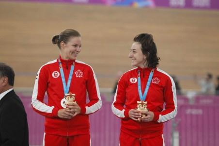 Miriam Brouwer ,à gauche, et Maggie Coles-Lyster posent avec leurs médailles d'argent du madison aux Jeux panaméricains Lima 2019. Photo : Lima 2019