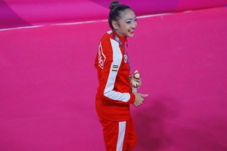 Katherine Uchida pose avec sa médaille d'argent au ballon en gymnastique rythmique à Lima 2019, le 4 août 2019. Photo: Sebastian Castañeda / Lima