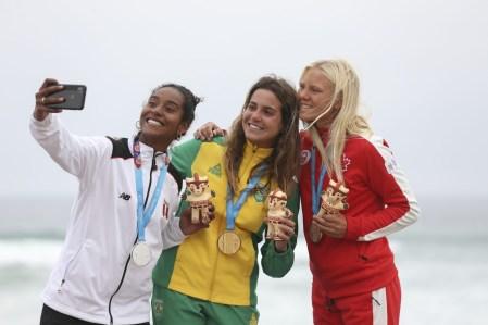 Mathea Olin prend un selfie avec les médaillées en planche longue de Lima 2019