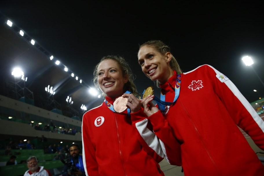 Natasha Wodak, médaillée d'or, et Rachel Cliff, médaillée de bronze, célèbrent leur double podium au 10 000 m de Lima 2019