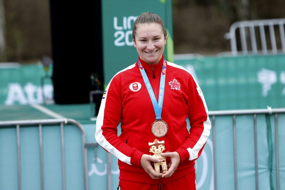 Laurie Jussaume pose avec sa médaille de bronze au contre-la-montre de Lima 2019