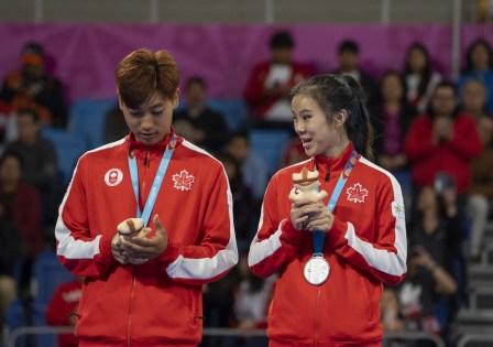 Jinsu Ha et Michelle Lee posent avec leurs médailles après avoir remporté l'argent en taekwondo poomsae mixte aux Jeux panaméricains de 2019 à Lima, le 28 juillet 2019. Photo de Dave Holland / COC