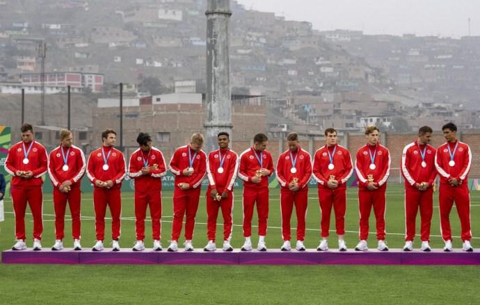L'équipe canadienne de rugby masculin posent avec leurs médailles d'argent aux Jeux panaméricains de Lima 2019 le 28 juillet 2019. Photo de David Jackson / COC
