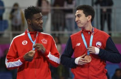 Hervan Nkogho, du Canada, à gauche, célèbrent sa médaille de bronze en taekwondo masculin 68 kg aux Jeux panaméricains de 2019 à Lima le 28 juillet 2019. Photo de Dave Holland / COC