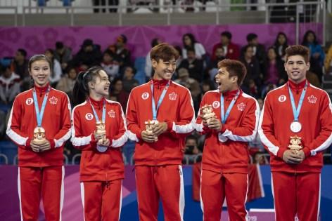 Jinsu Ha, Michelle Lee, Mark Bush, Valerie Ho et Abbas Assadian Jr. avec leurs médailles d'argent en équipe mixte de taekwondo poomsae aux Jeux panaméricains de 2019 à Lima, le 28 juillet 2019. Photo de Dave Holland / COC