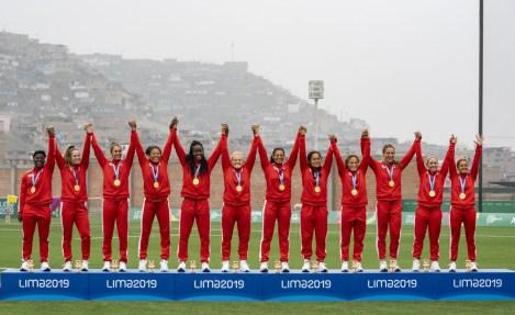 L'équipe canadienne de rugby féminin posent avec leurs médailles d'or aux Jeux panaméricains de Lima 2019 le 28 juillet 2019. Photo de David Jackson / COC