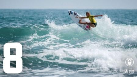 Une surfeuse sur une vague