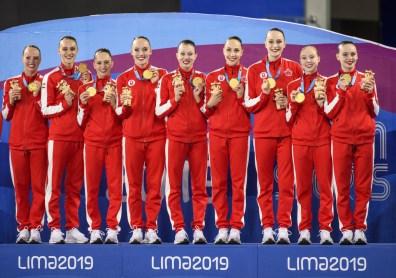 Le Canada a remporté l'or à l'épreuve en équipe en natation artistique aux Jeux panaméricains de Lima, au Pérou, le 31 juillet 2019. Photo : Christopher Morris/COC