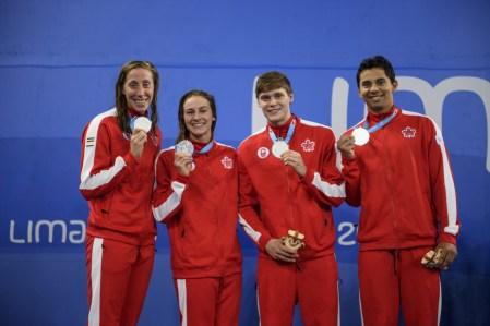 Alexia Zevnik, Danielle Hanus, James Dergousoff et Javier Acevedo remportent l'argent au relais 4 x 100 m quatre nages aux Jeux panaméricains de Lima, au Pérou, le 8 août 2019. Photo : Christopher Morris/COC