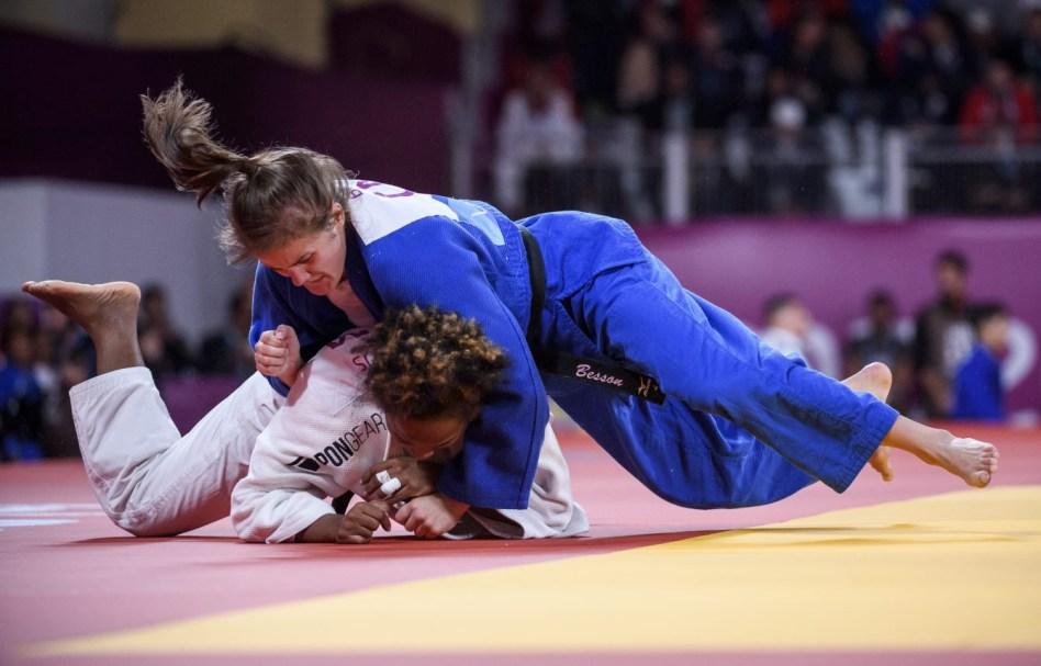 Deux judokas s'affrontent au sol