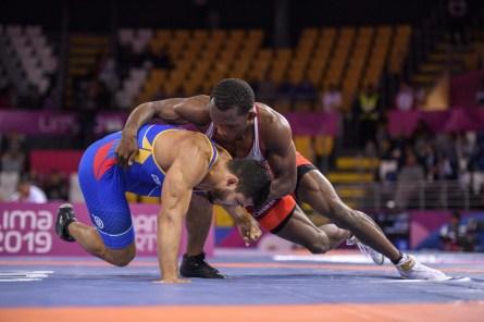 Deux athlètes s'affrontent au sol pendant un match de lutte