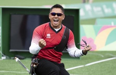 Un athlète célèbre avec les poings serrés