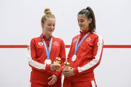 Samantha Cornett et Danielle Letourneau avec leur médaille d'argent aux Jeux panaméricains de Lima 2019, au Pérou, le 28 juillet 2019. Photo Vincent Ethier/COC