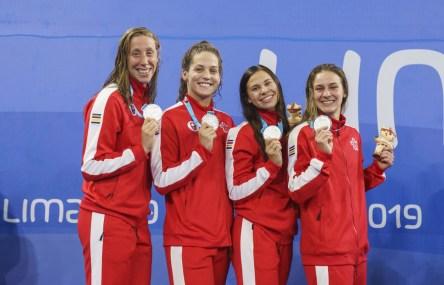 Alexia Zevnik, Haley Black, Faith Knelson et Danielle Hanus et leurs médailles d'argent en natation à Lima 2019