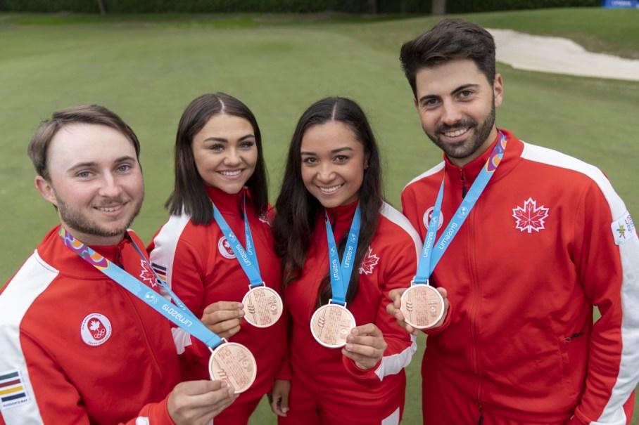Des athlètes et leurs médailles de bronze au terrain de golf de Lima 2019