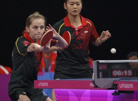 Deux joueuses de tennis de table en action