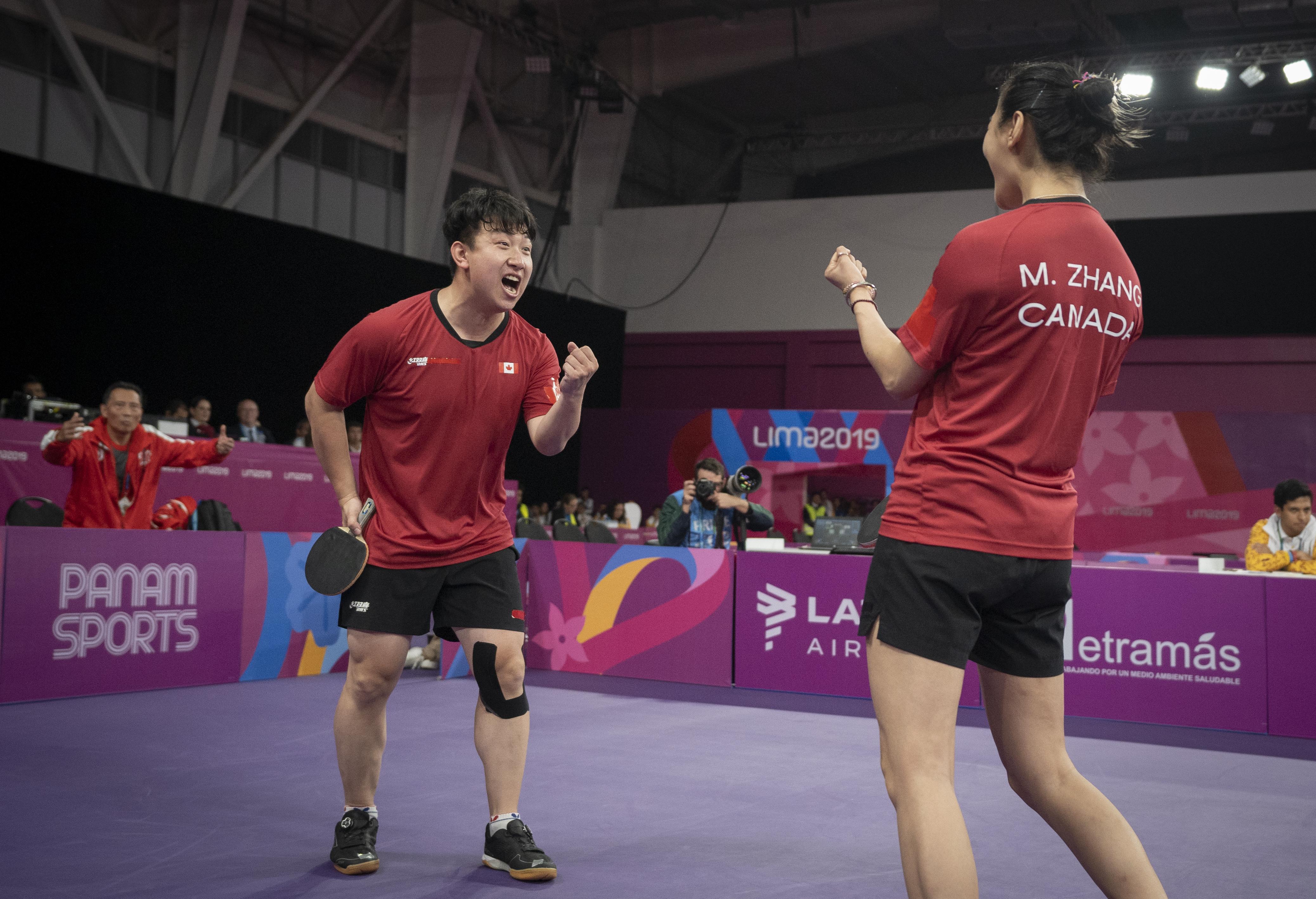 Deux joueurs de tennis de table célèbrent leur victoire