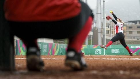 Une joueuse de softball lance une balle à Lima 2019