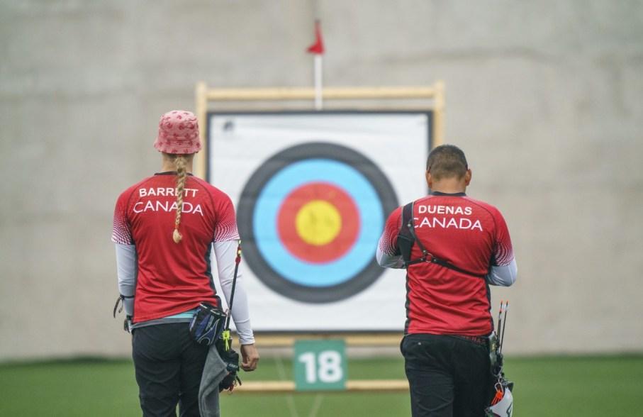 Deux athlètes de tir à l'arc se préparent à tirer sur une cible