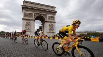 Geraint Thomas mène le peloton durant la dernière étape du Tour de France 2018