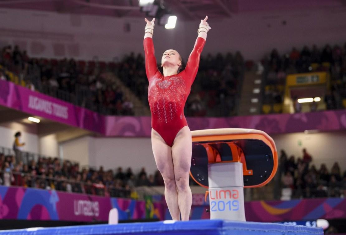 Une gymnaste à la sortie d'un saut