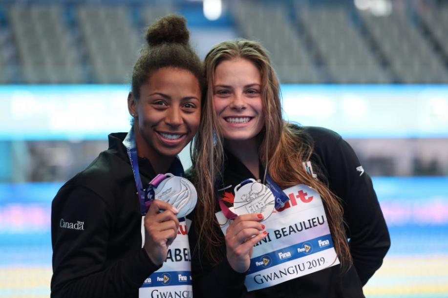 Jennifer Abel et Mélissa Citrini-Beaulieu posent avec leur médaille d'argent des Championnats du monde de la FINA 2019.
