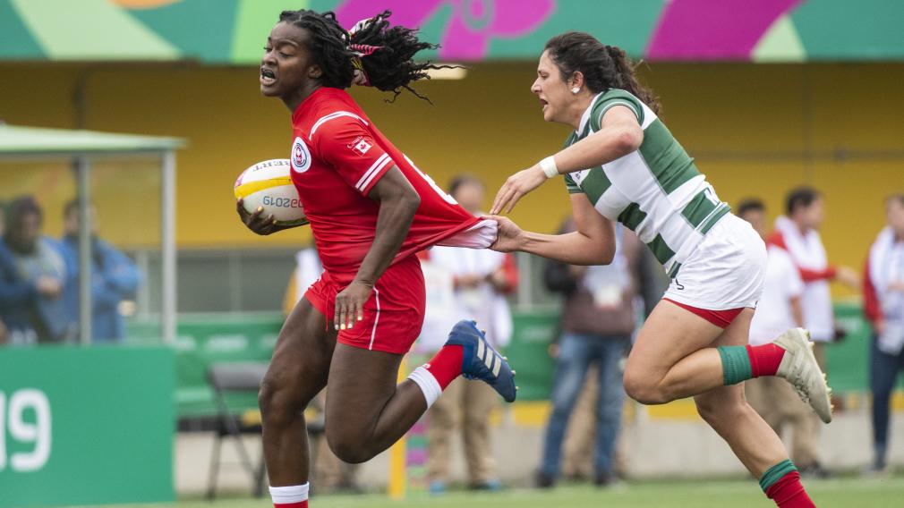 Pamphinette court avec le ballon en main pendant un match de rugby