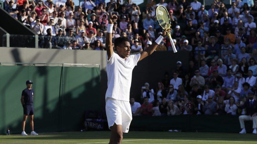 Félix Auger-Aliassime célèbre une victoire à Wimbledon 2019
