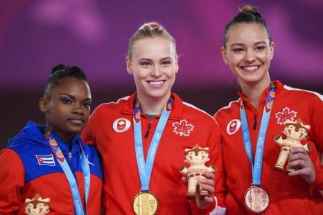Ellie Black, au centre, et Shallon Olsen, à gauche, ont remporté l'or et le bronze au saut de cheval aux Jeux panaméricains de Lima, au Pérou, le 30 juillet 2019. Photo : Vincent Ethier/COC