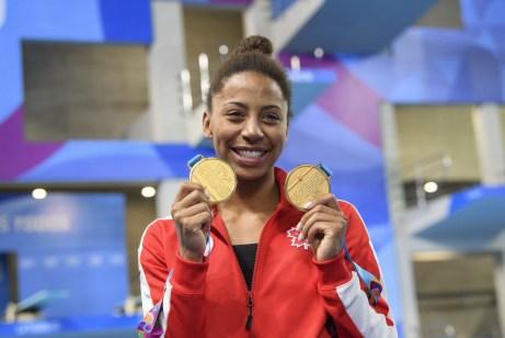 Jennifer Abel pose avec ses médailles d'or à Lima 2019