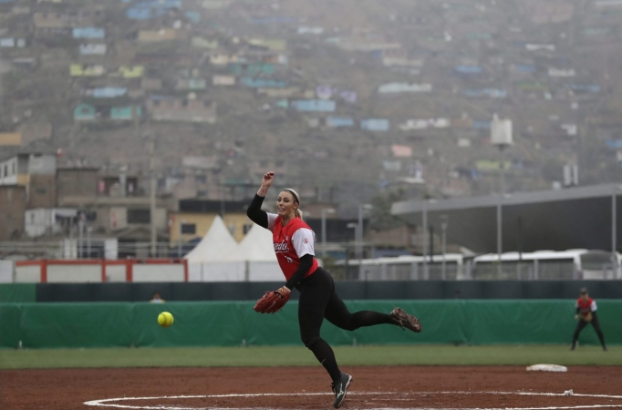 Elaine Lawrie lance contre les États-Unis lors d'un match préliminaire de softball aux Jeux panaméricains de Lima, au Pérou, le 6 août 2019. (AP Photo/Silvia Izquierdo)