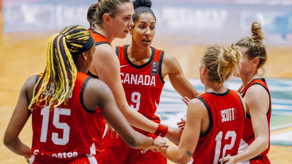 Les joueuses canadiennes se consultent pendant un match.