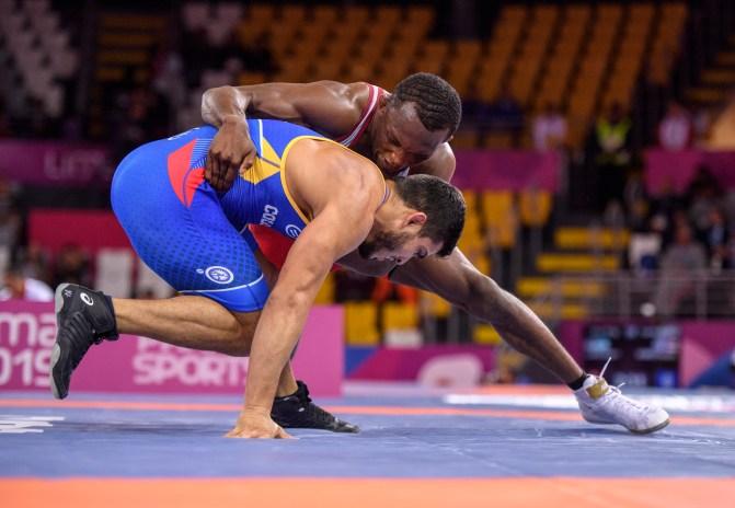 Jevon Belfour affronte Hernan Guzman, du Vénézuela, en lutte libre chez les 74 kg aux Jeux panaméricains de Lima, au Pérou, le 10 août 2019. Photo : Christopher Morris/COC
