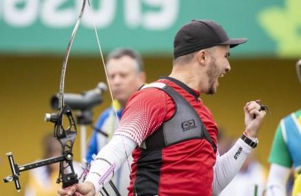 Un archer célèbre après avoir complété un tir avec son arc