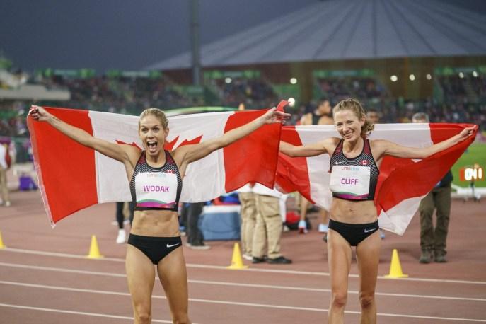 Natasha Wodak et Rachel Cliff célèbrent après avoir remporté l'or et le bronze au 10 000 m aux Jeux panaméricains de Lima, au Pérou, le 6 août 2019. Photo : David Jackson/COC