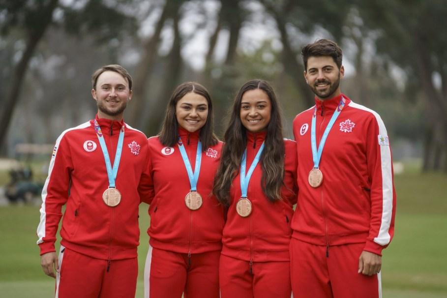 Austin Connelly, Brigitte Thibault, Mary Parsons et Joey Savoie ont remporté le bronze à l'épreuve par équipes en golf aux Jeux panaméricains de Lima, au Pérou, le 11 août 2019. Photo : David Jackson/COC