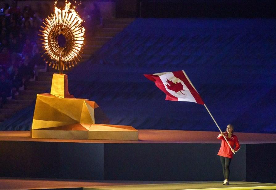 Ellie Black porte le drapeau à la cérémonie de fermeture aux Jeux panaméricains de Lima, au Pérou, le 11 août 2019. Photo : Dave Holland/COC