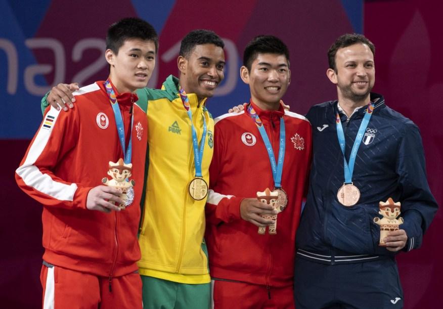 Brian Yang, à gauche, et Jason Ho-Shue, deuxième à partir de la droite, ont respectivement remporté l'argent et le bronze en finale du tournoi de badminton masculin aux Jeux panaméricains de Lima, au Pérou, le 2 août 2019. Photo : Dave Holland/COC