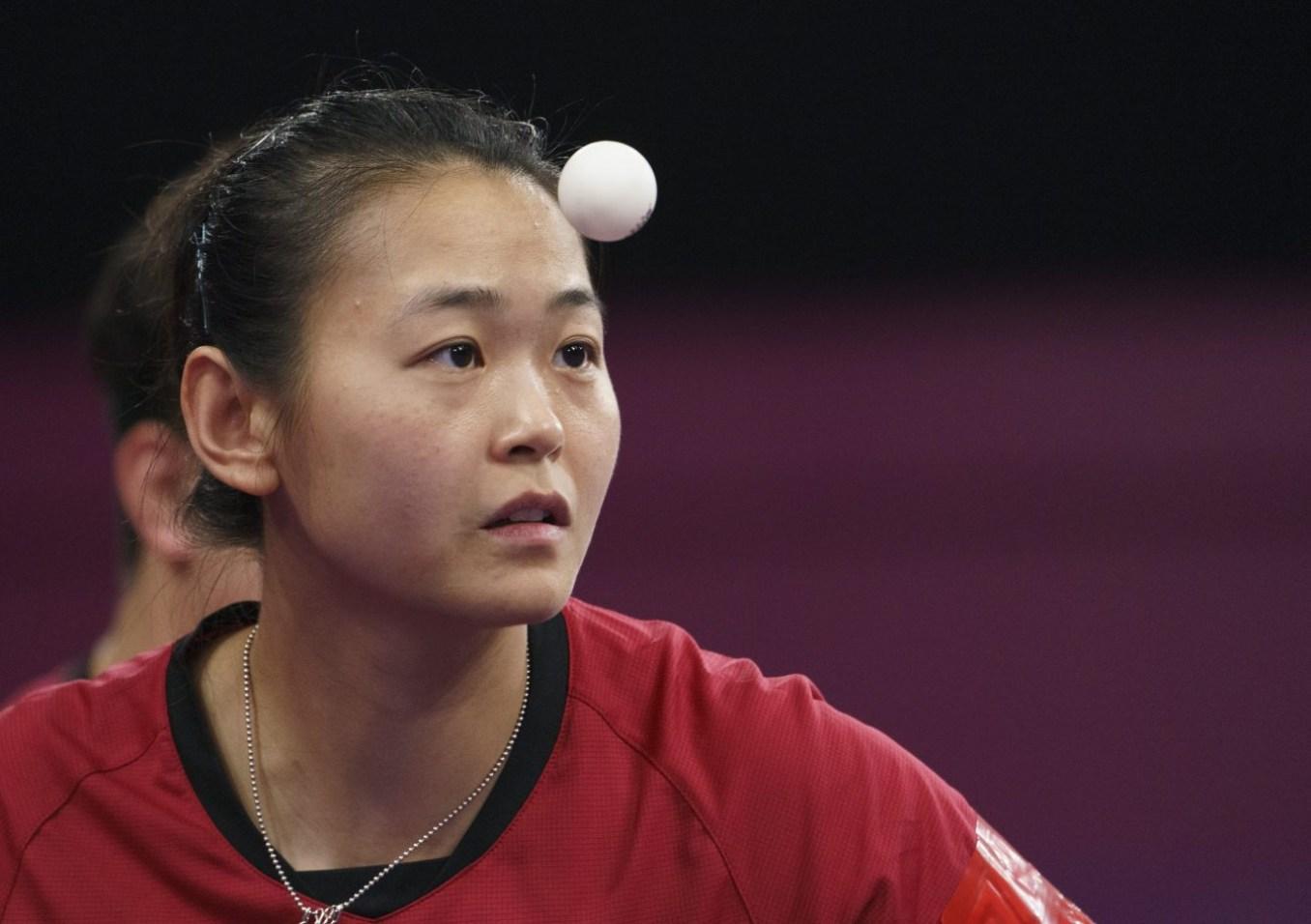 Une joueuse de tennis de table en action