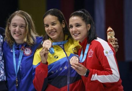 Gabriella Pagé, à droite, a remporté le bronze à l'épreuve du sabre, en escrime, aux Jeux panaméricains de Lima, au Pérou, le 6 août 2019. Photo : Dave Holland/COC