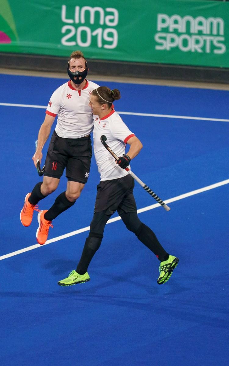 Gordon Johnston et Taylor Curran, du Canada, célèbrent leur victoire contre le Pérou dans la demi-finale en hockey sur gazon aux Jeux Panaméricains de Lima 2019, photo. Dave Holland / COC