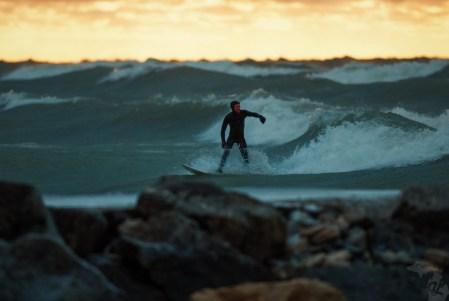 Un surfeur en action à Kincardine, sur le lac Huron. Photo : Andrew Jowett