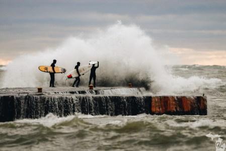 Des surfeurs chassent les vagues à Kincardine, sur le lac Huron. Photo : Andrew Jowett