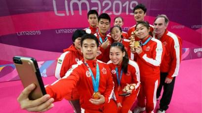 L'équipe canadienne de badminton prend un selfie avec leurs médailles à Lima 2019