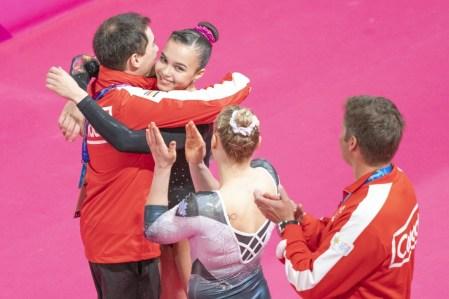Brooklyn Moors célèbre avec Ellie Black et les entraîneurs après avoir remporté l'or au sol aux Jeux panaméricains de Lima, au Pérou, le 31 juillet 2019. Photo : David Jackson/COC
