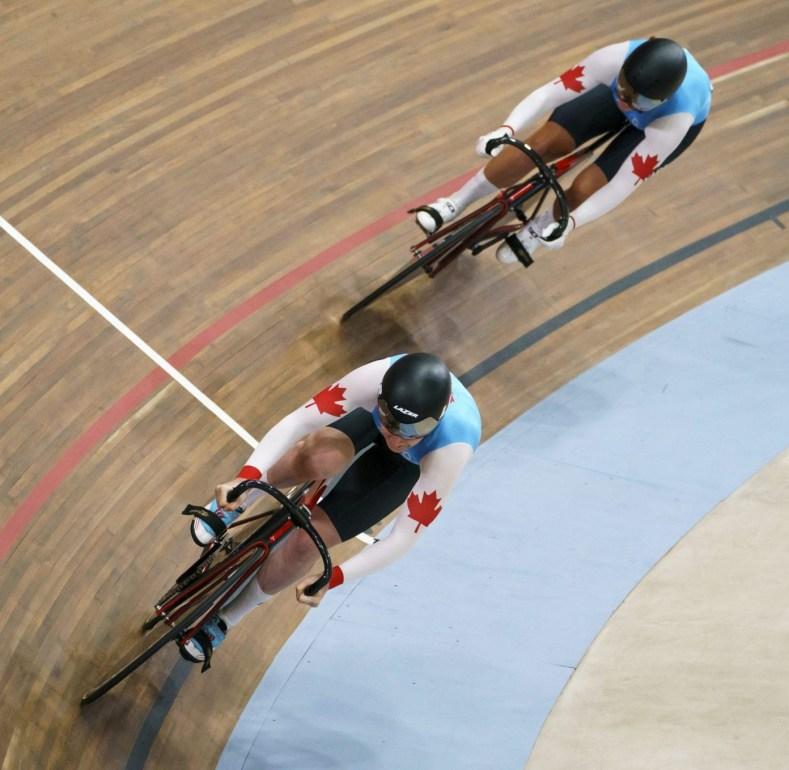 Kelsey Mitchell et Amelia Walsh pendant l'épreuve du sprint par équipes féminines à Lima 2019. Photo: COC/Dave Holland.