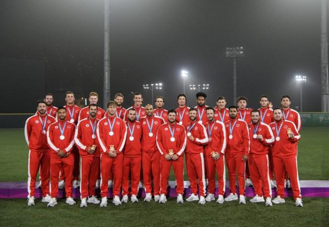 Équipe Canada prend la pose après avoir remporté l'argent au baseball aux Jeux panaméricains de Lima, au Pérou, le 4 août 2019. Photo : Vincent Ethier/COC