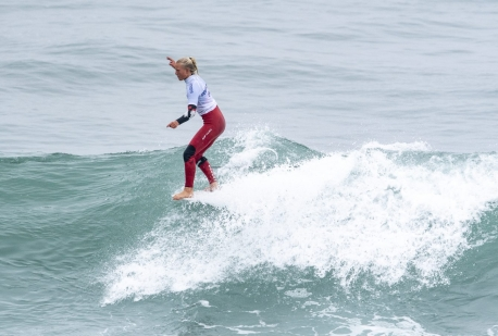 Mathea Olin surfe une vague à Lima 2019