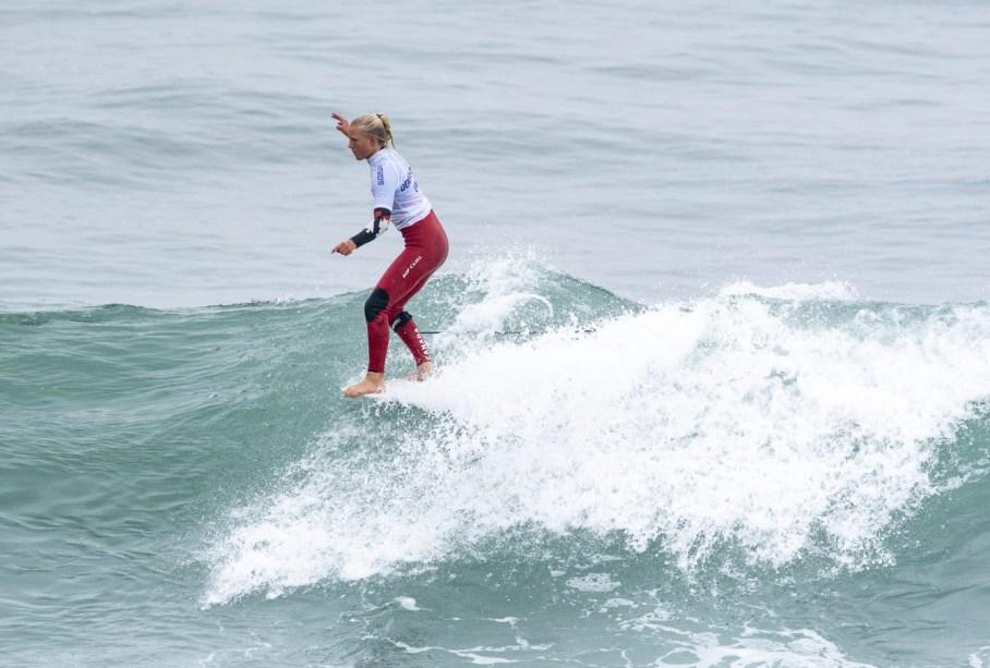 Mathea Olin surfe une vague à Lima 2019